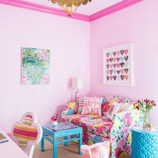 Klassisches Kinderzimmer mit rosa Wandfarbe, Teppichboden, beigem Boden und Schlafplatz in Los Angeles
