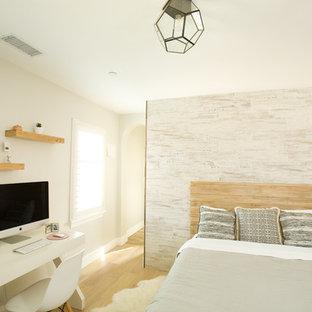Idee per una cameretta per bambini contemporanea di medie dimensioni con pareti bianche e parquet chiaro