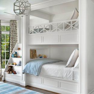 Ispirazione per una grande cameretta per bambini da 4 a 10 anni classica con pareti bianche, pavimento in legno massello medio e pavimento marrone