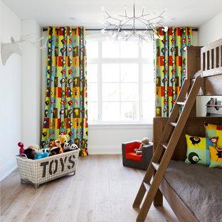 Idéer för mellanstora funkis könsneutrala barnrum kombinerat med sovrum och för 4-10-åringar, med vita väggar och vinylgolv