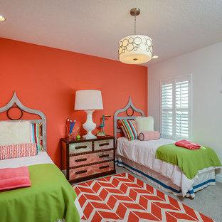 Inspiration för maritima barnrum kombinerat med sovrum, med heltäckningsmatta och flerfärgade väggar