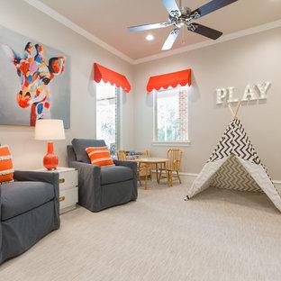 Neutrales Klassisches Kinderzimmer mit Spielecke, beiger Wandfarbe und Teppichboden in Houston