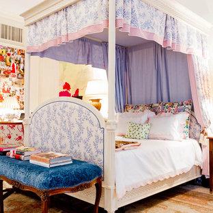 Inredning av ett eklektiskt flickrum kombinerat med sovrum och för 4-10-åringar, med heltäckningsmatta och flerfärgade väggar