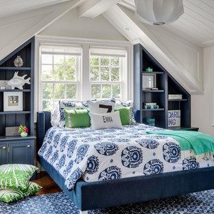 Diseño de dormitorio infantil marinero con paredes blancas y suelo de madera en tonos medios
