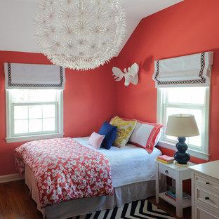 Esempio di una piccola cameretta per bambini boho chic con parquet scuro e pareti rosse