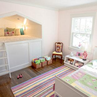 Modelo de dormitorio infantil de 4 a 10 años, minimalista, de tamaño medio, con paredes rosas, suelo de madera oscura y suelo marrón
