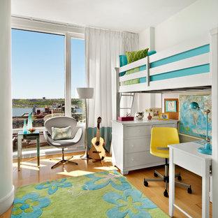 Imagen de dormitorio infantil de 4 a 10 años, clásico renovado, pequeño, con paredes blancas y suelo de madera en tonos medios