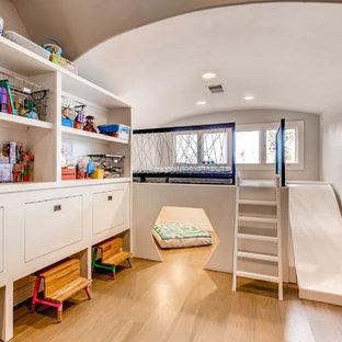 Exempel på ett stort modernt könsneutralt småbarnsrum kombinerat med lekrum, med grå väggar, mellanmörkt trägolv och brunt golv