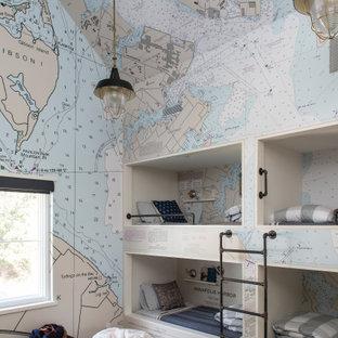 Ispirazione per una cameretta per bambini stile marino con pareti multicolore, pavimento in legno massello medio, pavimento marrone e carta da parati