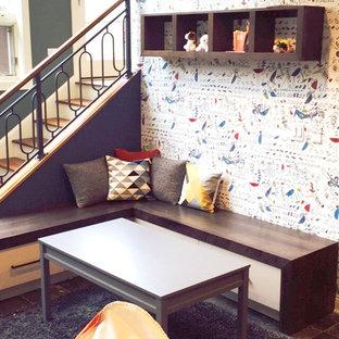 Foto på ett mellanstort funkis könsneutralt barnrum kombinerat med lekrum och för 4-10-åringar, med blå väggar, skiffergolv och grått golv