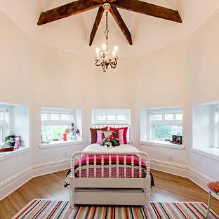 Bild på ett mycket stort vintage barnrum kombinerat med sovrum, med ljust trägolv och beige väggar