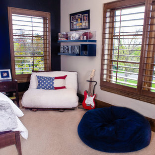 Exempel på ett mellanstort modernt barnrum kombinerat med sovrum, med heltäckningsmatta och flerfärgade väggar