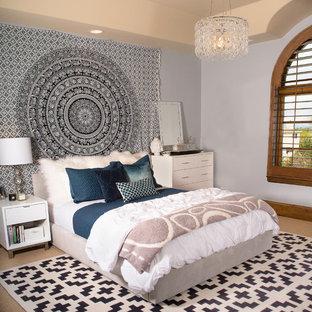 Imagen de dormitorio infantil minimalista, de tamaño medio, con paredes grises y moqueta
