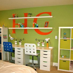Ejemplo de dormitorio infantil actual, pequeño, con paredes verdes y moqueta