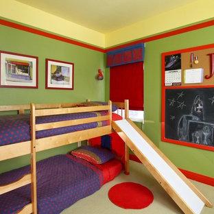 Inredning av ett modernt barnrum, med flerfärgade väggar
