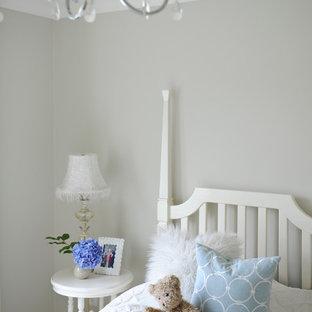 Foto på ett mellanstort amerikanskt flickrum kombinerat med sovrum och för 4-10-åringar, med grå väggar