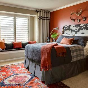 Inredning av ett klassiskt könsneutralt tonårsrum kombinerat med sovrum, med heltäckningsmatta, beiget golv och flerfärgade väggar