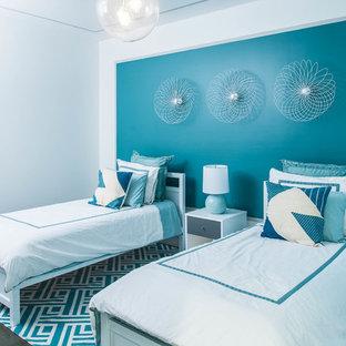 Cette photo montre une chambre d'enfant tendance avec un mur blanc et un sol en bois foncé.