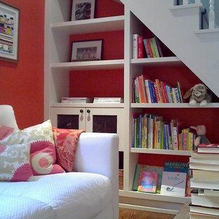 Esempio di una stanza dei giochi design con pareti rosse