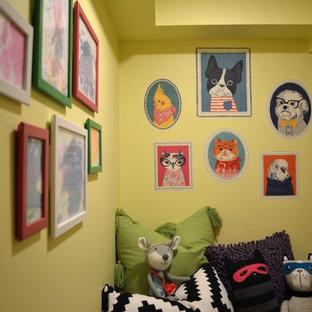 Foto di una piccola cameretta per bambini boho chic con pareti gialle, moquette e pavimento grigio