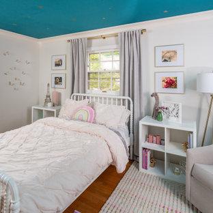 Idéer för att renovera ett vintage flickrum kombinerat med sovrum, med vita väggar, mellanmörkt trägolv och brunt golv
