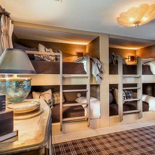 Ispirazione per una piccola cameretta per bambini rustica con pareti marroni, pavimento con piastrelle in ceramica e pavimento beige