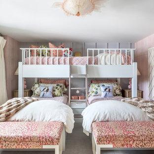 Immagine di una piccola cameretta per bambini da 4 a 10 anni bohémian con pareti rosa, parquet chiaro e pavimento bianco