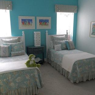 Inspiration pour une grand chambre d'enfant de 4 à 10 ans style shabby chic avec un mur bleu et moquette.