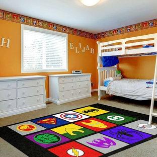 Réalisation d'une grande chambre d'enfant design avec un mur orange, moquette et un sol beige.