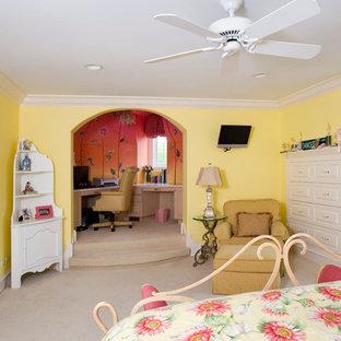 Cette image montre une très grand chambre d'enfant traditionnelle avec un mur jaune et moquette.
