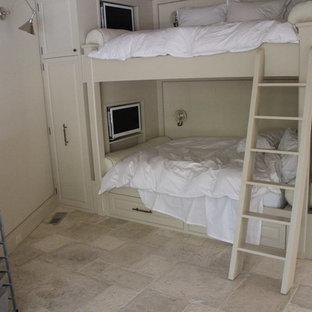 Diseño de dormitorio infantil mediterráneo, de tamaño medio, con paredes beige y suelo de piedra caliza