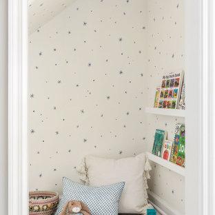 На фото: нейтральная детская с игровой в стиле современная классика с белыми стенами, сводчатым потолком и обоями на стенах для ребенка от 1 до 3 лет с
