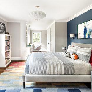 Ejemplo de dormitorio infantil tradicional renovado con paredes azules, suelo de madera oscura y suelo marrón