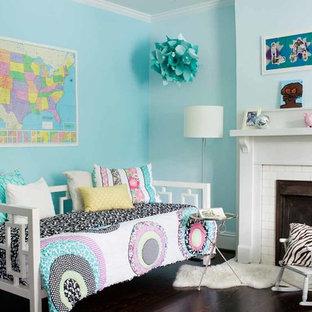 Esempio di una cameretta per bambini da 4 a 10 anni contemporanea di medie dimensioni con pareti blu e parquet scuro