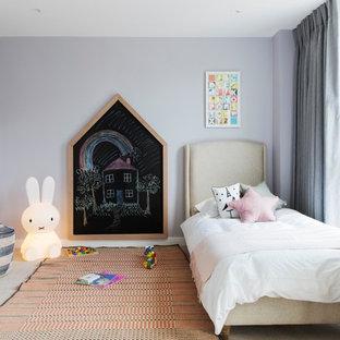 Exempel på ett klassiskt barnrum kombinerat med sovrum, med lila väggar, heltäckningsmatta och beiget golv