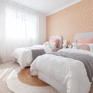 Inspiration för ett stort funkis flickrum kombinerat med sovrum, med orange väggar, heltäckningsmatta och beiget golv