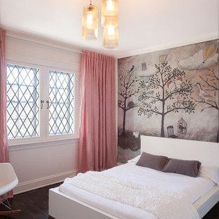 Foto de dormitorio infantil de 4 a 10 años, clásico renovado, de tamaño medio, con paredes multicolor, suelo de madera oscura y suelo marrón
