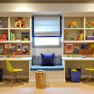 Exempel på ett mellanstort klassiskt pojkrum kombinerat med skrivbord och för 4-10-åringar, med beige väggar och heltäckningsmatta