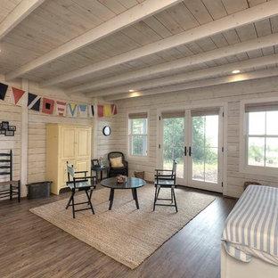 Ispirazione per una cameretta da letto stile marino con pareti bianche e parquet scuro