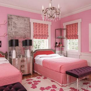 Esempio di una cameretta per bambini chic con pareti rosa e pavimento in legno massello medio