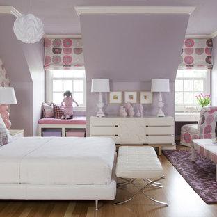 Réalisation d'une grande chambre d'enfant de 4 à 10 ans tradition avec un sol en bois clair et un mur multicolore.
