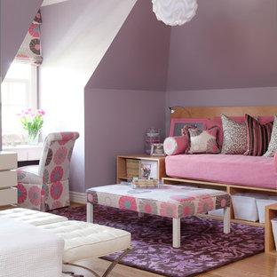 Idées déco pour une grande chambre d'enfant de 4 à 10 ans classique avec un mur violet et un sol en bois clair.