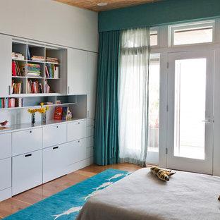 Diseño de dormitorio infantil actual con paredes blancas y suelo de madera en tonos medios