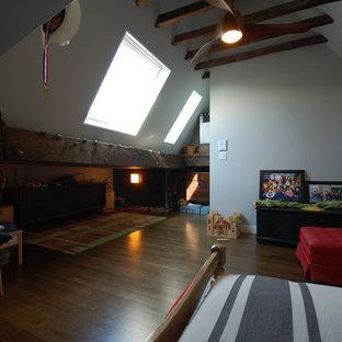 Foto di un'ampia cameretta da letto da 4 a 10 anni bohémian con pareti grigie, parquet scuro e pavimento marrone