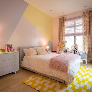 Idéer för ett mellanstort modernt barnrum, med flerfärgade väggar, ljust trägolv och flerfärgat golv