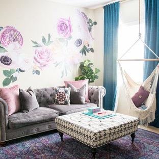Aménagement d'une chambre d'enfant romantique de taille moyenne avec moquette et un mur multicolore.