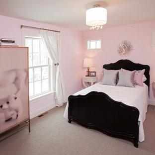 Maritim inredning av ett barnrum, med rosa väggar