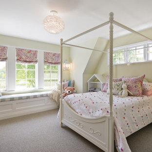 Idéer för att renovera ett maritimt flickrum kombinerat med sovrum, med gula väggar, heltäckningsmatta och grått golv