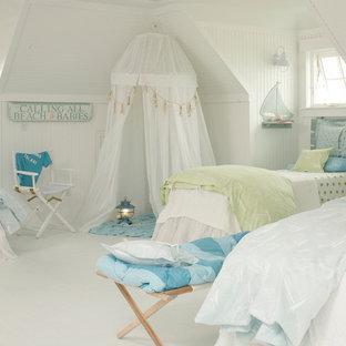 Esempio di una cameretta per bambini stile marinaro di medie dimensioni con pareti beige, pavimento in gres porcellanato e pavimento bianco