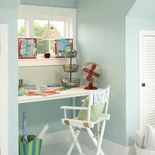 Cette image montre une chambre d'enfant marine de taille moyenne avec un mur beige, un sol en carrelage de porcelaine et un sol blanc.